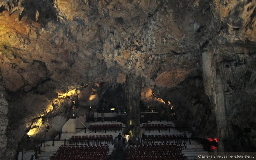 Концертный зал в пещере Святого Михаила. Пещера находится глубоко в скале, состоит из нескольких залов, расположенных на глубине от 12 до 65 метров. Величественные сталактиты и  сталагмиты сохранились со времен формирования скалы 200 миллионов лет назад.  По легенде, пещеру Св. Михаила связывает с Африкой подземный туннель, по которому африканские макаки перешли на Гибралтар. Под пещерой находятся Нижние пещеры с подземным озером, куда организуются отдельные экскурсии. На скале есть и искусственные военно-оборонительные пещеры (по крайней мере одна, в которой мы были).  Этот великолепный природный грот был переоборудован в госпиталь во время Второй мировой войны, а в настоящее время представляет собой   уникальный концертный зал.