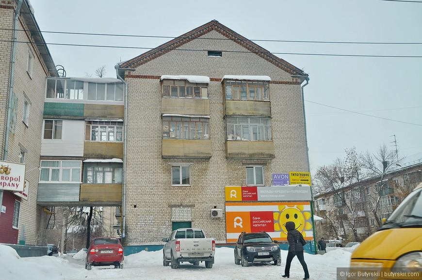 05. Очень странные соединения домов через балконы, зачем это над было строить…