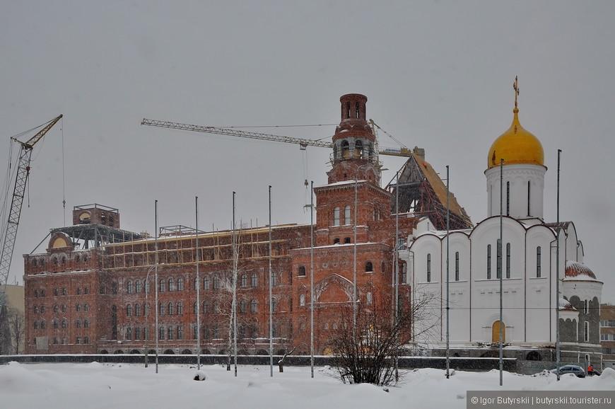 14. Некоторые здания на реставрации, надеюсь, что не затянут с ней и появится хоть немного интересной архитектуры.