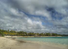 Пляжи Маврикия. Обычный берег Индийского океана, с кораллами, выброшенными теплой и ласковой волной, приливами и отливами, светлым и мелким песком. И все же есть в этом столько притягательного и желанного, что не перестаешь мечтать о дальних берегах...