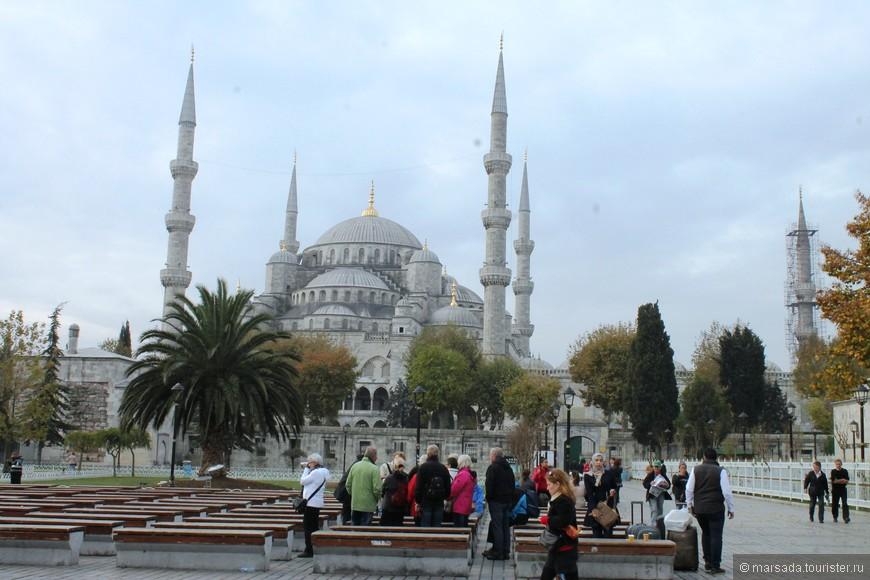 У Голубой мечети 6 минаретов. По легенде, султан Ахмед I приказал зодчему по имени Мехмед-ага возвести «алтын минарет» – золотые минареты, а тот, не расслышав, сделал «алты минарет» – шесть минаретов. Это было больше, чем в главной мусульманской мечети в Мекке, и исламское духовенство сильно разгневалось. Пришлось султану на собственные средства достраивать в Святом городе в Аравии ещё два минарета, чтобы получилось 7.