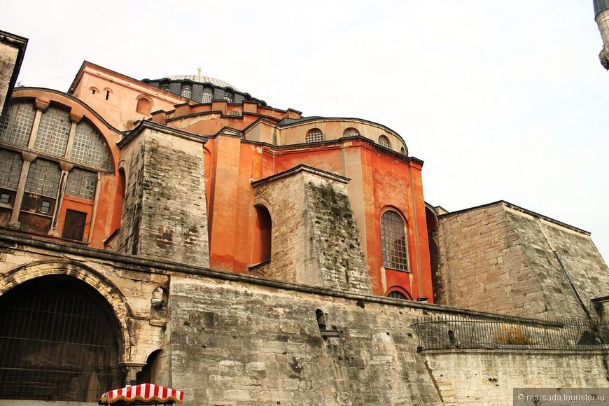 Строительство самой красивой церкви в Малой Азии длилось 5 лет, и все доходы империи за это время не покрыли стоимости строительства. Храм открыл свои двери для верующих на Рождество в 537 году.