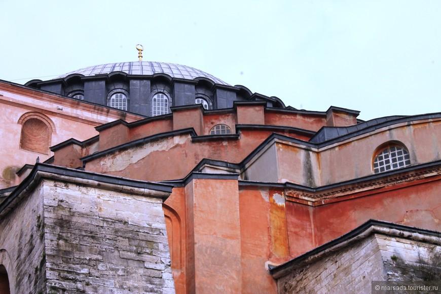"""В середине XV века войска султана Мехмеда II захватили Константинополь, после чего к храму Святой Софии пристроили минареты и он стал мусульманской мечетью.  Читаю в путеводителе: """"Золотой полумесяц, сменивший крест, стоял на куполе до 1935 года, когда из собора решено было сделать музей."""" - а это тогда что?"""
