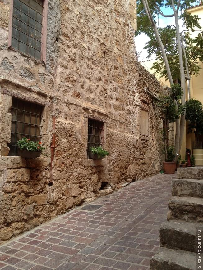 Это первый переулочек, справа от морского музея. Там на стенах, если пройти внутрь, сохранена венецианская кладка
