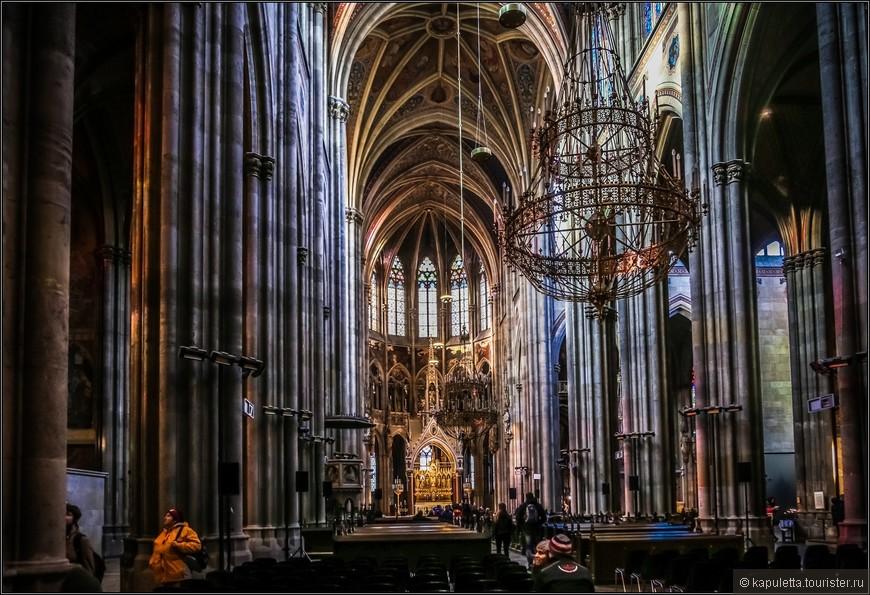 Внутри церковь состоит из главного и боковых нефов, пересеченных трансептом. Высота трансепта такая же, как и главного нефа.По сторонам хора находятся галерея с апсидиолами и часовня Девы Марии.