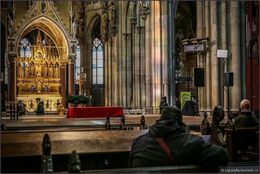 Главный алтарь привлекает взгляд позолоченным ретаблом и подвешенным  балдахином.  Автор - Йозеф Глассер.  Алтарь украшен декоративными панелями со стеклянной мозаикой. Он поддерживается шестью алебастровыми колоннами.