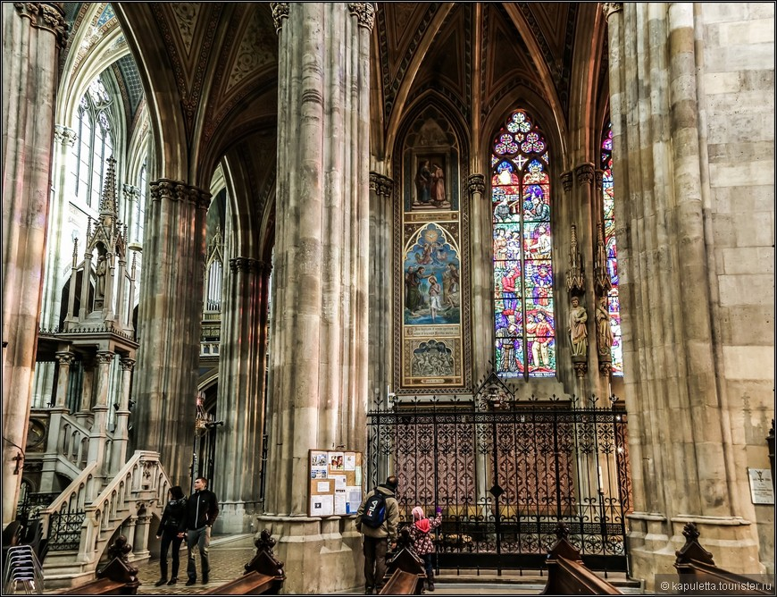 По бокам трансепта расположены четыре часовни: часовня-розарий, часовня креста, часовня епископа и баптистерий. Они создают вид боковых нефов в трансепте, тем самым, производя впечатление того, что он состоит из трех нефов. В каждой из часовен между стенных колонн изображена статуя Святого.