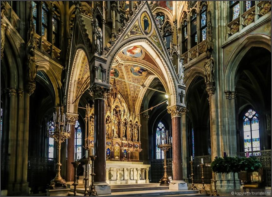 Балдахин поддерживается четырьмя массивными колоннами из красного гранита. Он открывается четырьмя арками, увенчанными фронтонами и украшенными башенками со статуями Святых в их нишах. Крестовой свод украшен аллегорическими представлениями четырех главных добродетелей, а Святой Дух, в форме голубя, изображен на выпуклом орнаменте. В пазухе свода находится мозаика с Девой Марией, растаптывающей змею. Это был подарок Папы Пия IX. В шпиле на верху балдахина находится Христос, окруженный ангелами.