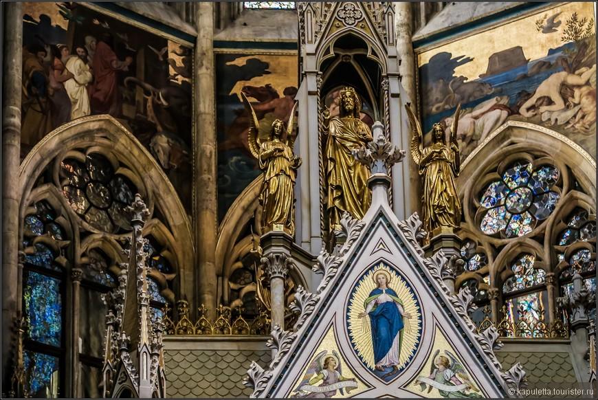 Жаль мало света, но, поверьте, мозаика с Мадонной переливается  золотыми красками...