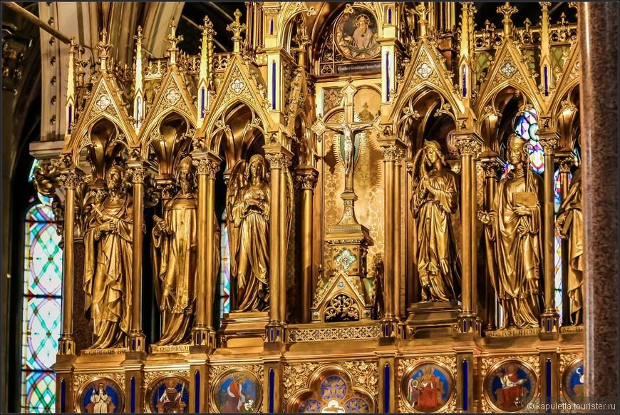 Внизу позолоченного ретабла, с обеих сторон дарохранительницы, изображены несколько сцен из Ветхого Завета: жертвование Авраама и сон Иосифа. Над дарохранительницей находится ниша с распятием. В нишах находятся, на левой стороне: статуи главных Святых церкви, кардинала Карла Борромео и основателя, епископа Махимилиана из Лорха, на правой стороне: епископа Илариона из Пуатье и Бернарда