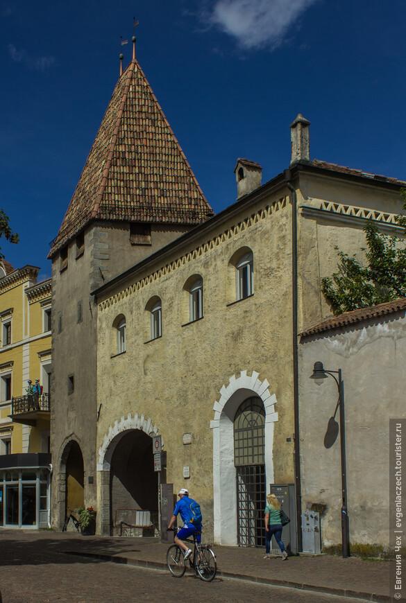Улица Kleine Graben в средние века была частью городских укреплений. Зайдем в старый город через Солнечные ворота.
