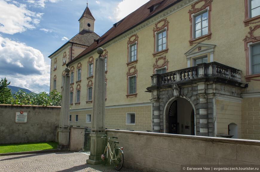А вот и княжеский дворец, от первоначальной крепости сохранились ворота Burgtor.