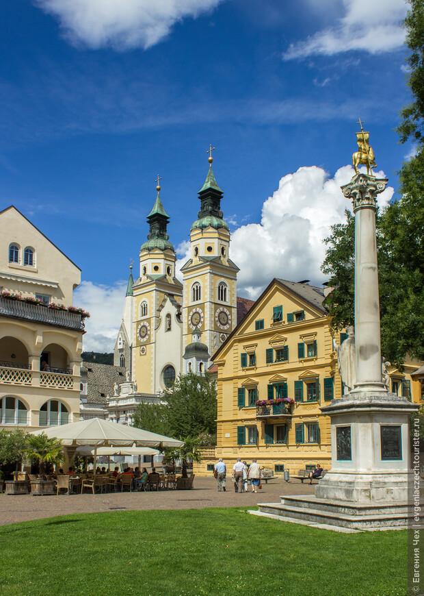 Площадь Hofburgplatz, памятник первому епископу Захарию, вдали виден кафедральный собор Бриксена.