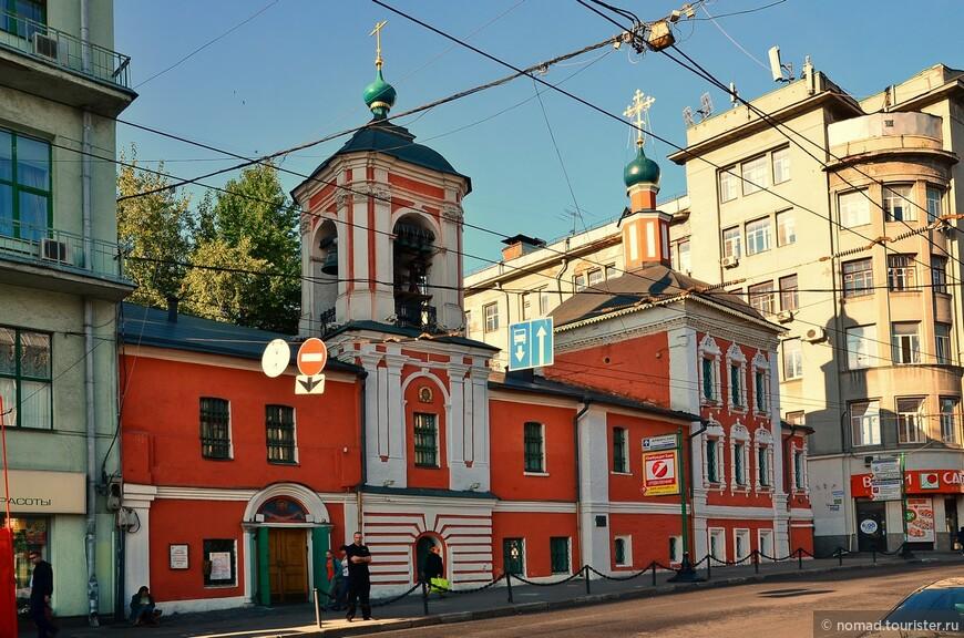 Церковь Николая Чудотворца в Клённиках. Расположен по адресу: улица Маросейка д.5. Первая церковь здесь была построена ещё в 1468 году: Иван III построил здесь «обетную» церковь Симеона Дивногорца в благодарность за то, что сильный пожар из Белого города не перекинулся в Кремль. В 1657 году была построена новая каменная церковь вплотную к старой деревянной церкви. В 1749 году после пожара была возведена существующая колокольня и частично перестроены фасады церкви.
