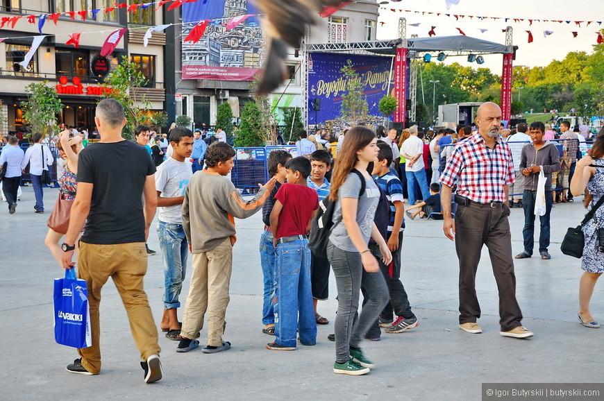 04. На площади проходят разные мероприятия почти постоянно, людей очень много, любителям спокойствия вход противопоказан.