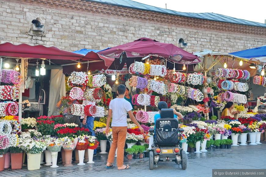 08. Продажа сувенирных цветочных венков. Не дорого и очень мило выглядит.
