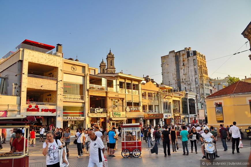 09. Много людей, тележки с едой, старинные здания, магазины и бутики. Вот практически все, что есть на площади и улице.