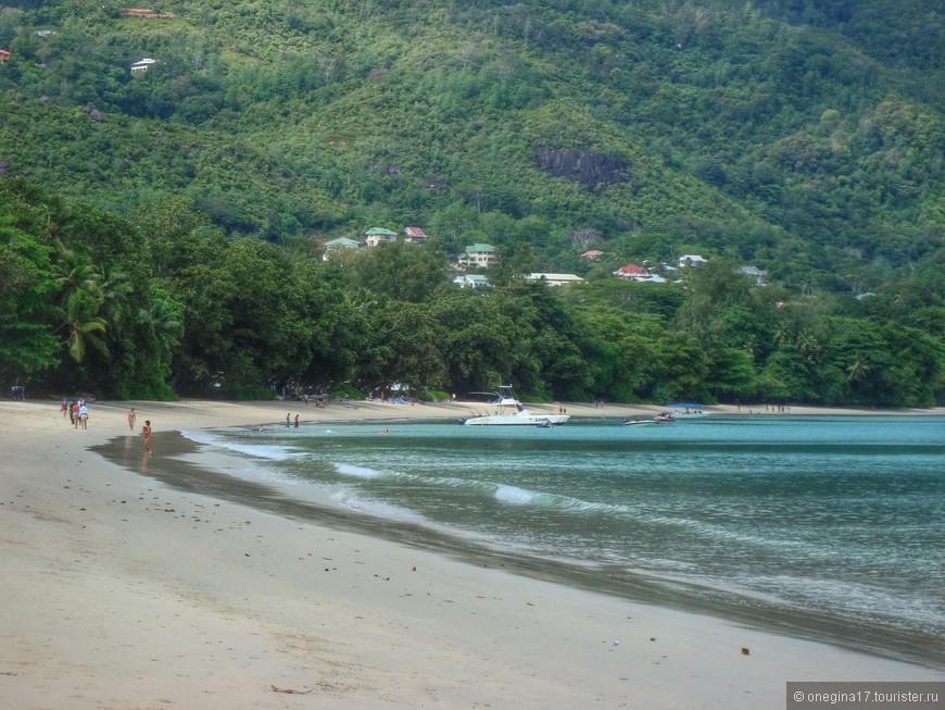 """Лучший отдых - смена родов деятельности. После столичной """"сутолоки"""", пляж казался оживленным местом."""