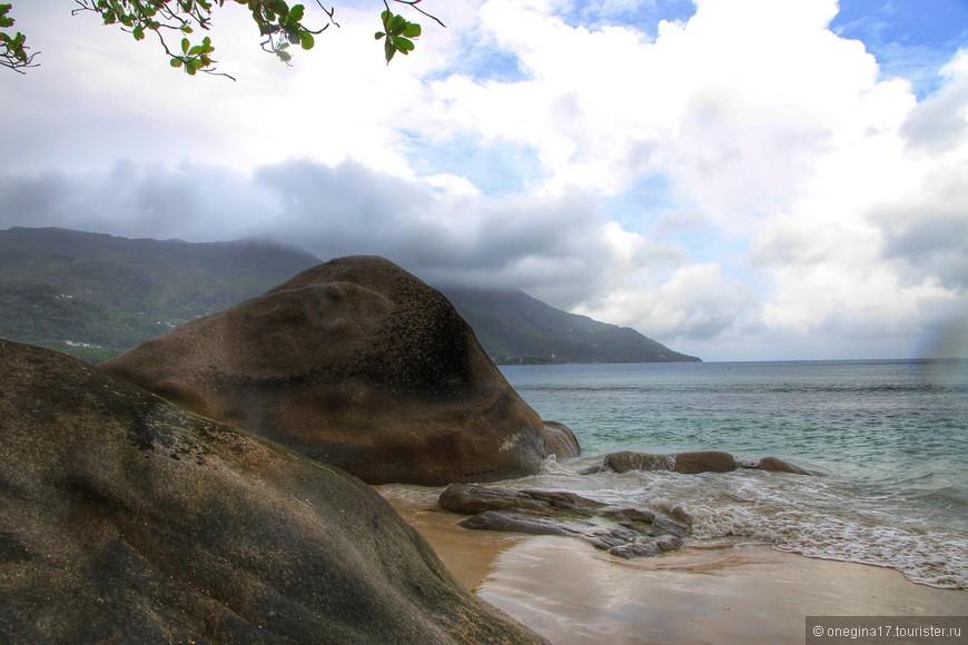 А вот гранитные валуны мне откровенно понравились. Словно спины огромных окаменевших чудовищ, из непонятно какой эпохи, они окружили пляж, да так и замерли...