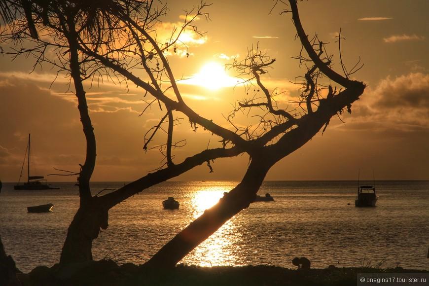 С пляжа можно не уходить до поздней ночи, температура воды и воздуха совершенно не меняются.