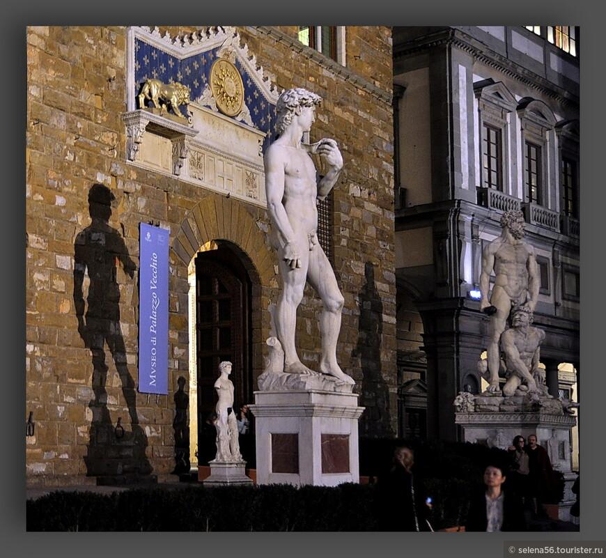 """Копия скульптуры  Микеланджело """"Давид"""" у Палаццо Веккьо на площади Синьории. Оригинал находится в Галерее Академии."""