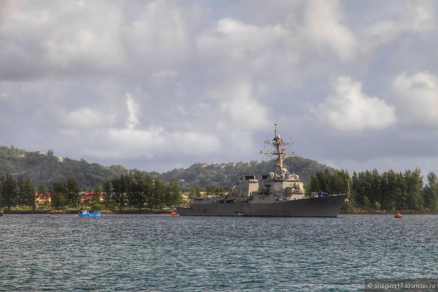 Выходя из порта Маэ, можно подсмотреть где пришвартованы военные корабли. Вид они не украшают, но раз стоят - значит, нужно.