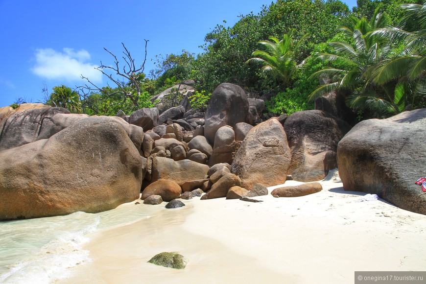 Насобирав на себя половину песка с пляжа, отмокнув в чистейшей воде, подкоптившись на Сейшельском солнышке и отбив неприличное количество кадров, мы оправились дальше...