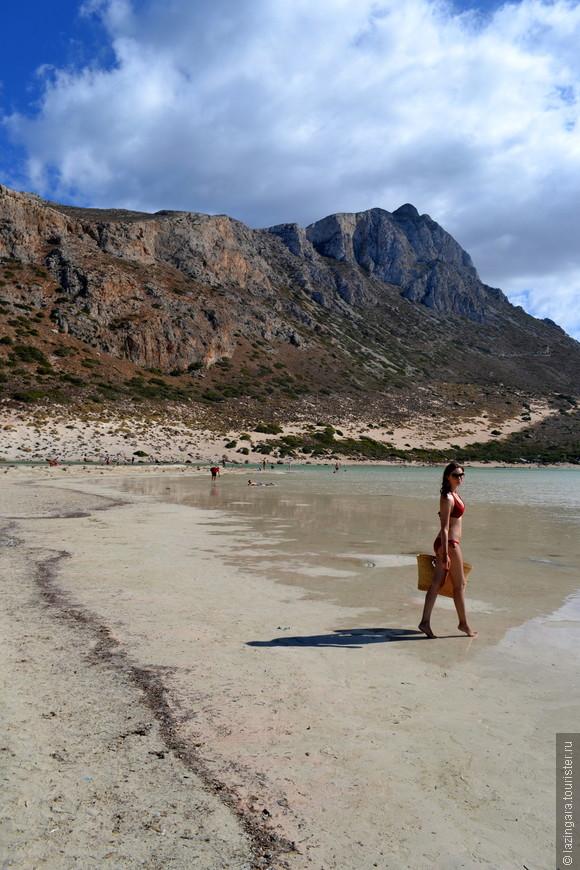Теплая вода, очень мелко, можно идти до бесконечности по колено в воде..