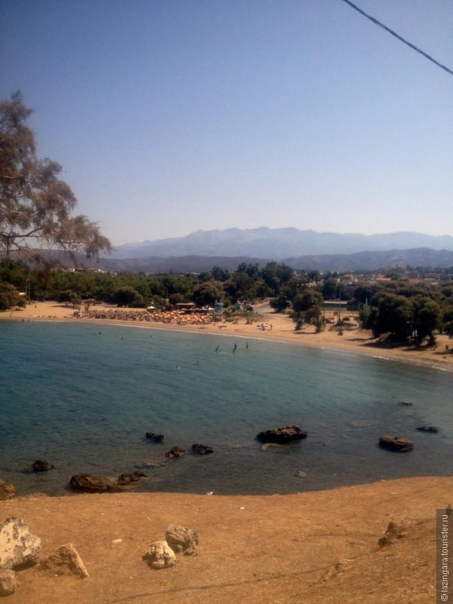 Первый пляж Агии Апостоли, как и второй, находится в небольшой бухте, закрытой от ветра и волн, поэтому здесь комфортно купаться, даже когда на северном берегу Крита дует, преобладающий здесь, северо-западный ветер и, как следствие этого, море штормит