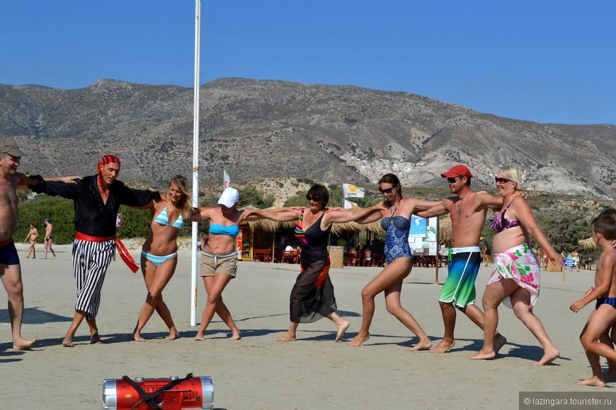 Спиридон учит нас танцевать сиртаки на пляже Элафониси.