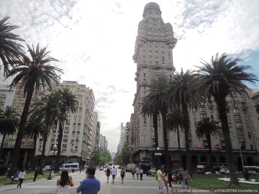 Справа -здание Паласио Сальво, построенное в 1928 году