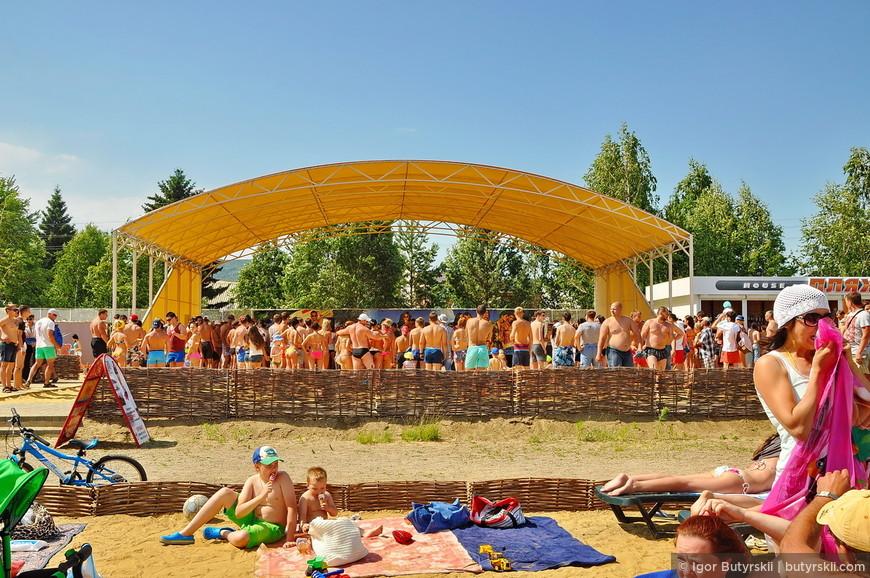 02. На территории пляжа проводятся различные мероприятия, много людей, музыка, веселье. Мне понравилось.