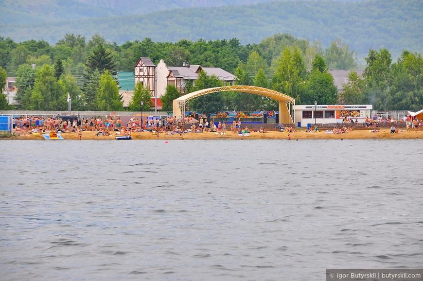 13. Вид на часть пляжа санатория «Юбилейный» со стороны озера.