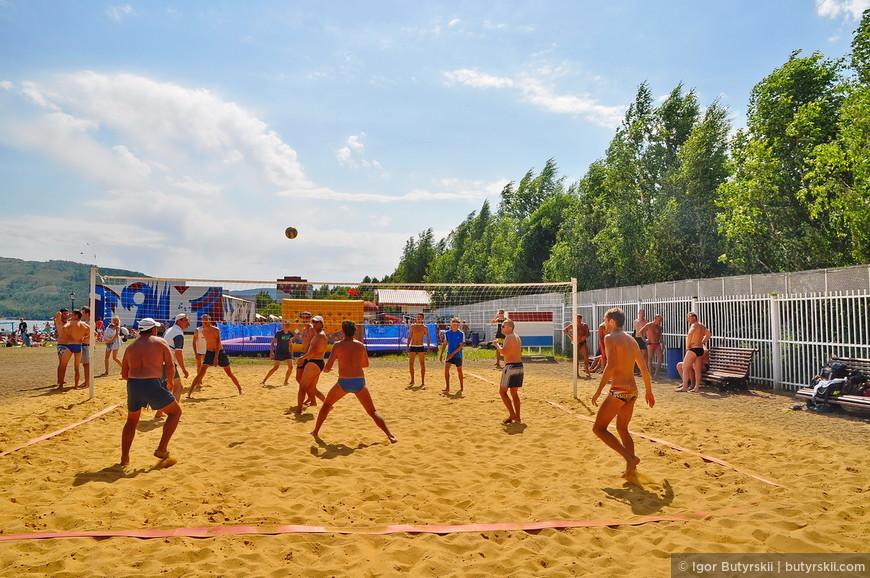 15. Волейбольная площадка на пляже. Выглядит очень здорово, но желтый песок привезли только в 14 году, до этого была мелкая галька.