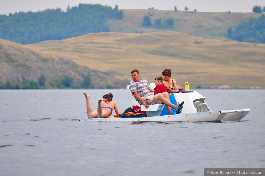 18. Половина озера окутана катамаранами. Конечно, 72 года выпуска…