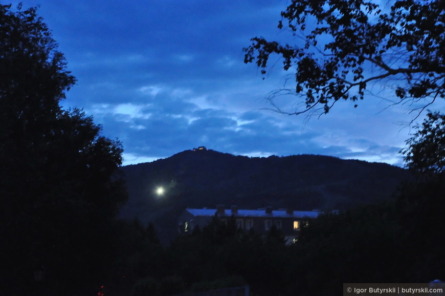 28. На вершине горы светится ресторан «Горное Ущелье», оттуда же начинаются спуски для горнолыжников, но это уже другая история.