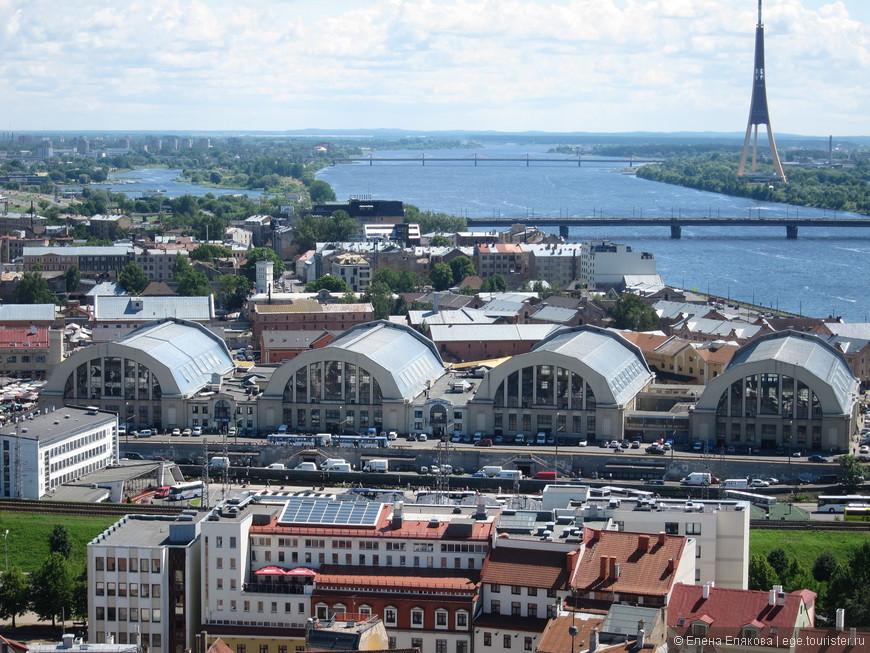 02. Рига. Четыре полукруглых крыши - центральный рынок; самым высоким строением Латвии и Риги является Рижская телебашня расположенная на острове Закюсала.
