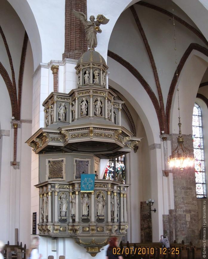 13. Кафедра Домского собора, до наших дней сохранилась кафедра в стиле барокко, установленная в 1641 году . Орган был на реставрации.