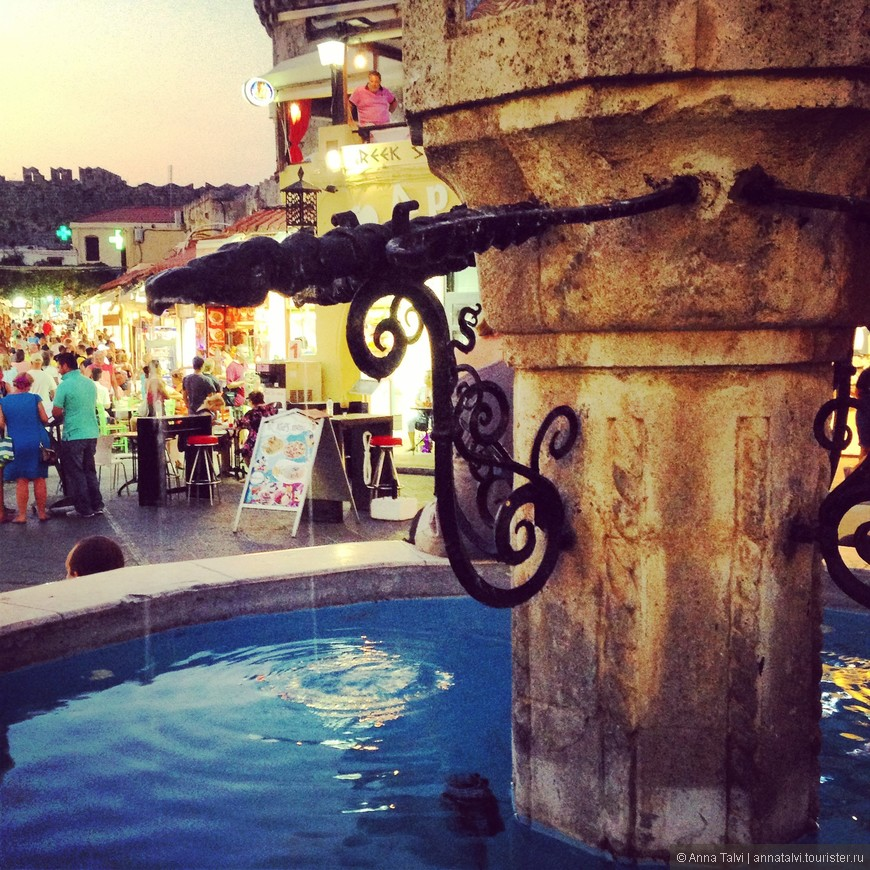 очень красивый фонтан Синдривани на площади старого города