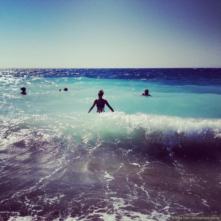 Пляж, где мы были в июне, он в районе отеля  Rivera почти на стыку двух морей, это самое опасное место, волны сильные, спуск в море крутой, по пояс не постоять, пару метров от берега сразу же по шею, дно каменистое