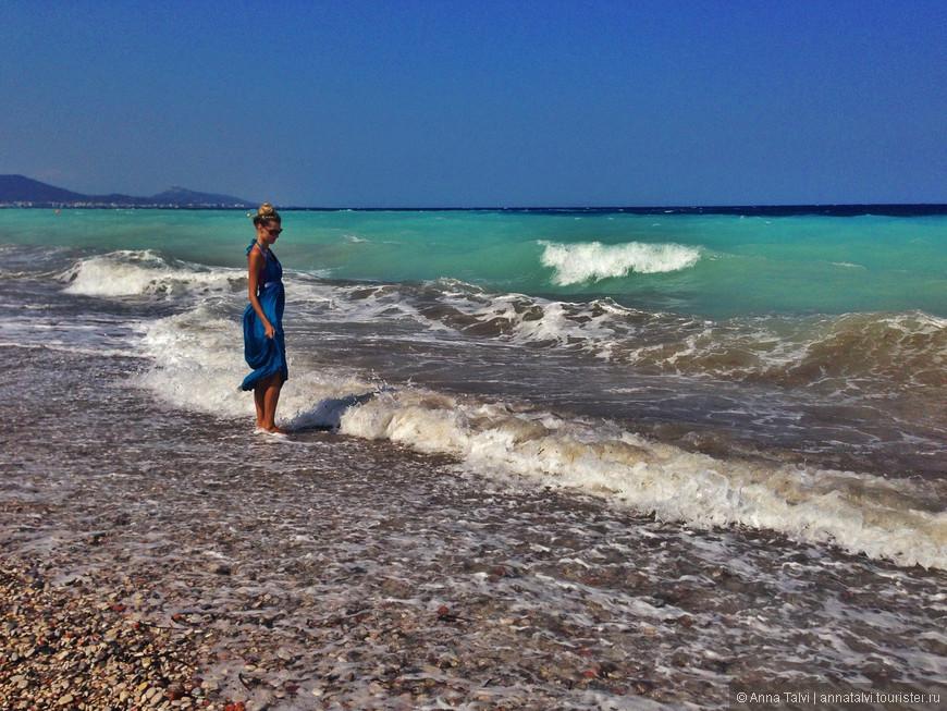 постояли, посмотрели на воны и пошли на спокойный пляж Cредиземного моря