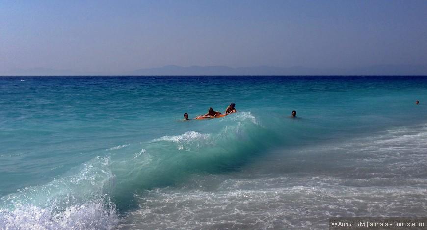 В этот раз мы бегали на пляж, который возле отеля  Blue Sky ( пляж слева от пирса и пешком мин 2-3 )  всем советую, спуск в воду плавный, первые пару метров на дне камни ( входишь в воду, когда волна отходит, затем накатывается новая и в этот момент нужно устоять ) дальше песчаное дно