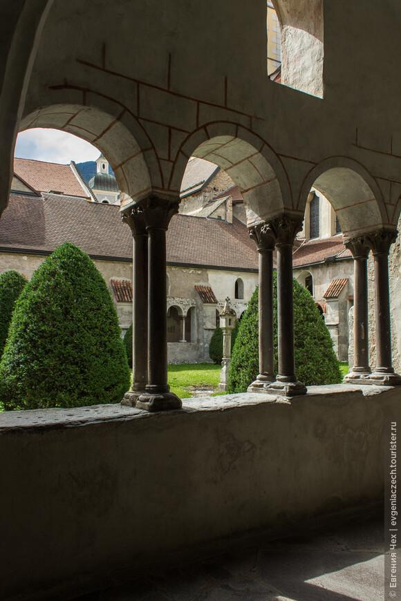 Капелла св. Иоанна служила обряду Крещения, также украшена многочисленными фресками 13 века.