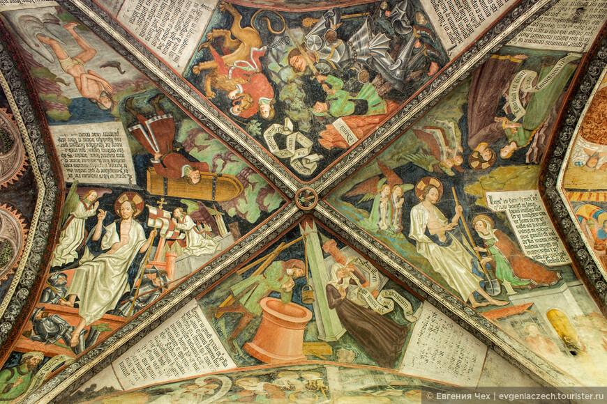 Большая часть фресок выполнена брунекской школой мастеров.