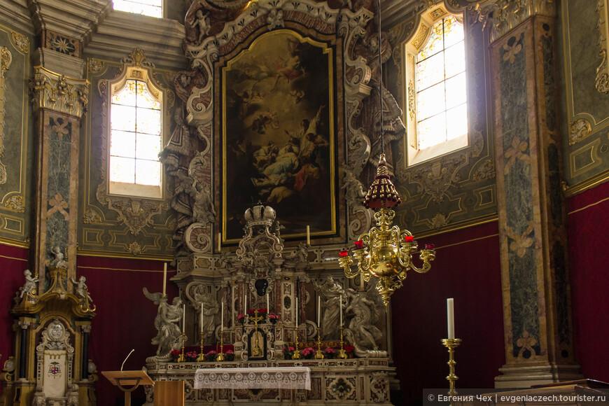 Алтарь выполнен в стиле барокко Theodor Benedetti, 18 век.