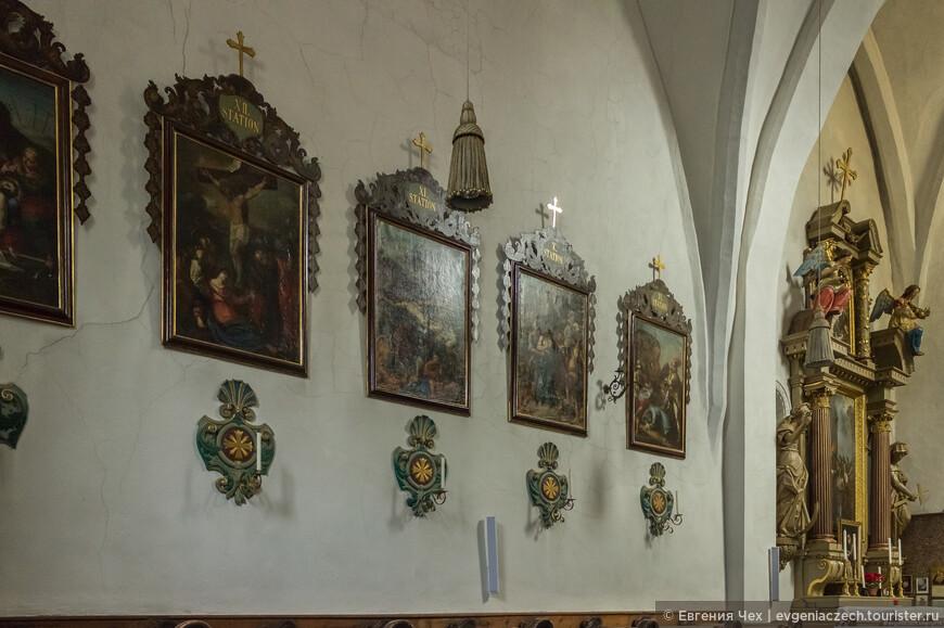 Сцены из Евангелия, изображения семи смертных грехов и добродетелей украшают стены церкви.