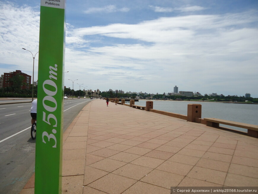 Зеленые столбики отмечают расстояние от самой восточной точки набережной Рамбла в Монтевидео