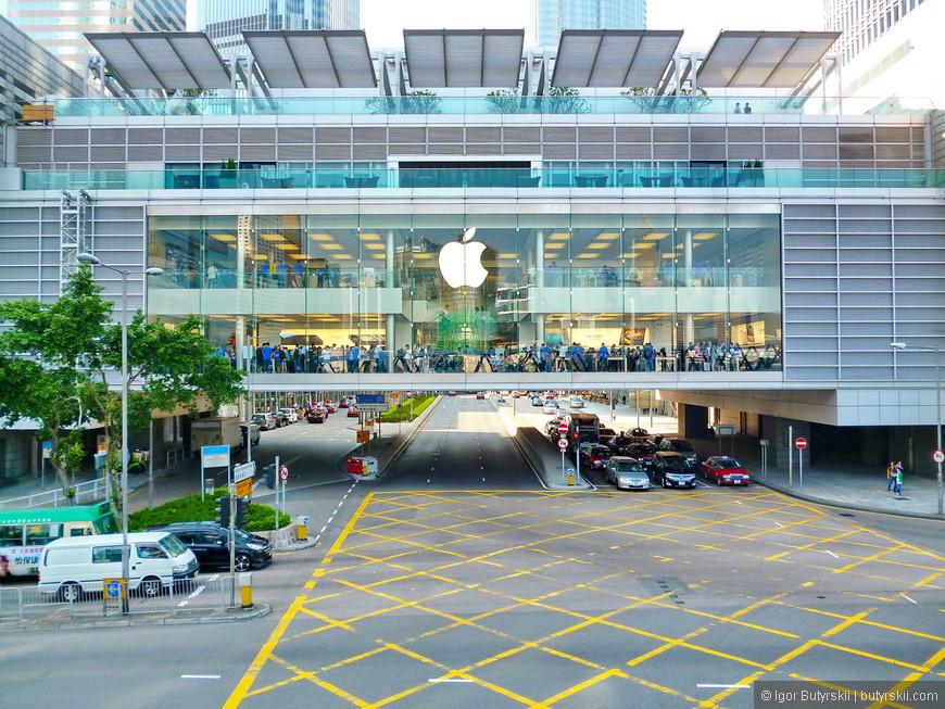 11. Главный магазин Apple в Гонконге в здании торгового центра IFC. Именно отсюда появлялось большинство нелегальных айфонов в России последние 8 лет. Магазин размещается в мосте-переходе между небоскрёбом и торговым центром.