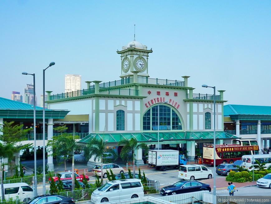 13. Здание центрального пирса острова.