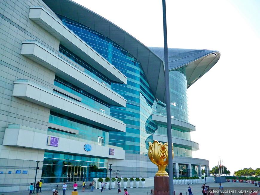 17. Здание выставочного центра построено на осушённой земле пролива Виктория.